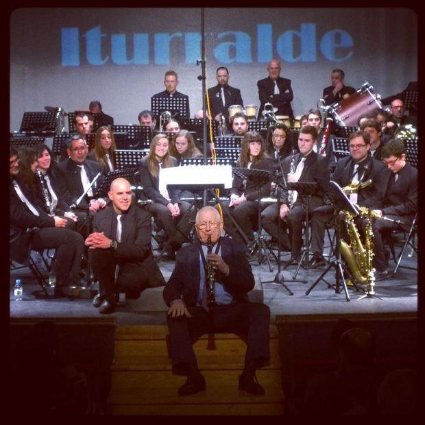 Iturralde en su actuación en solitario en el Teatro Principal ante la perpleja mirada de los componentes de la Banda de Música Maestro Nacor Blanco. Fotografía de Victor L Gómez