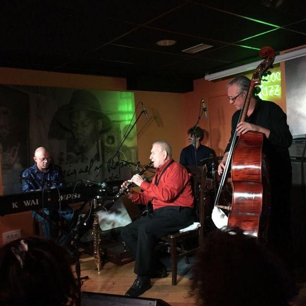 Iturralde en La Cueva del Jazz, un ambiente más íntimo que se asemeja a sus actuaciones en el Whisky Jazz Club. Fotografía de Victor L Gómez